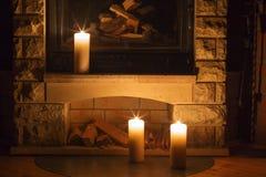 在烛台的红色灼烧的蜡烛 免版税库存照片