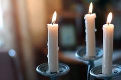 在烛台的蜡烛在葡萄酒样式 免版税库存图片