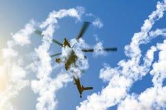 在烟后的军用直升机从导弹 免版税库存照片