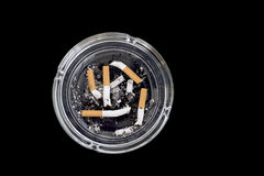 在烟灰缸的五个烟头 免版税库存照片