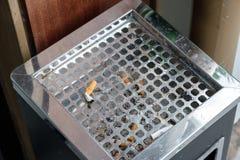 在烟灰缸的烟头 免版税图库摄影
