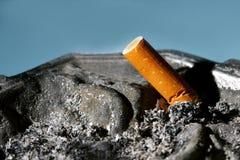 在烟灰缸的烟头 库存图片