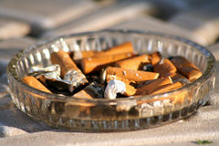 在烟灰缸的烟头 免版税库存图片