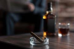 在烟灰缸的雪茄的选择聚焦 免版税库存照片