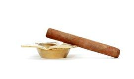 在烟灰缸的雪茄 免版税库存图片