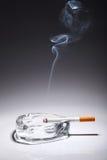 在烟灰缸的香烟 免版税图库摄影