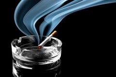 在烟灰缸的香烟 免版税库存照片