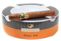 在烟灰缸的Cohiba雪茄 免版税库存照片