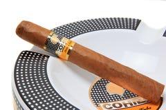 在烟灰缸的Cohiba雪茄 免版税库存图片
