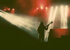 在烟的吉他弹奏者剪影在音乐会期间 库存照片