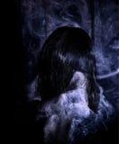 在烟的女孩混合 库存图片