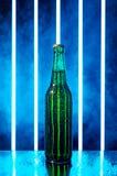 在烟的湿啤酒瓶 免版税库存照片