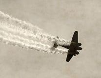 在烟的老飞机 免版税库存照片