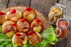 在烟肉包裹的土豆 免版税库存图片