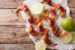 在烟肉包裹的虾用香料和石灰接近  horizonta 免版税库存图片