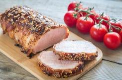 在烟肉包裹的被烘烤的猪肉 库存照片