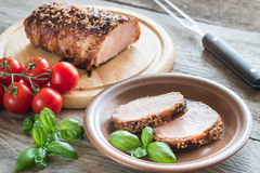 在烟肉包裹的被烘烤的猪肉 库存图片