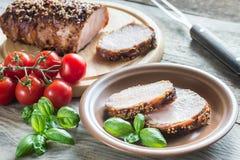 在烟肉包裹的被烘烤的猪肉 图库摄影