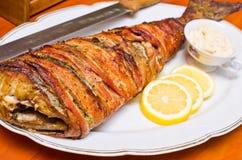在烟肉包裹的鱼 免版税库存照片