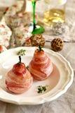 在烟肉包裹的水煮的梨用青纹干酪 库存照片