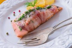 在烟肉外套的三文鱼 免版税库存图片