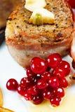 在烟肉的牛排用蔓越桔、胡椒、蜂蜜和大蒜 免版税库存照片