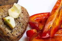 在烟肉的牛排用蔓越桔、胡椒、蜂蜜和大蒜 免版税库存图片