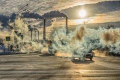 在烟背景的汽车从工厂的 库存图片