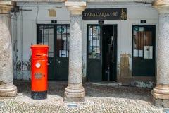在烟草商店前面的英国式邮箱在瓜达区,葡萄牙 免版税库存图片