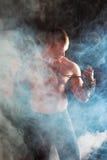 在烟运动的年轻人的人 免版税库存照片