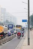 在烟雾的交通堵塞包括城市,北京,中国 免版税库存照片