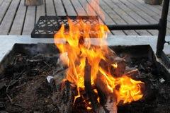 在烤前,休息地方的火  免版税库存图片