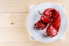 在烤新鲜的红色辣椒粉上的平的位置在板材机智服务 库存图片