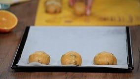 在烤板的小圆面包 把小圆面包放在烤板上 股票录像