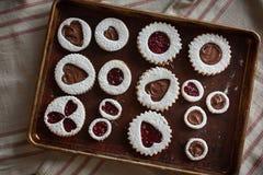 在烤板的情人节曲奇饼 免版税图库摄影