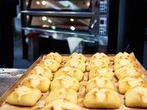 在烤板的新近地被烘烤的小圆面包 库存照片