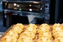 在烤板的新近地被烘烤的小圆面包 免版税库存图片
