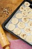在烤板的未加工的曲奇饼面团在烘烤前 库存照片