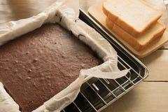 在烤板的自创黑暗的巧克力果仁巧克力在方形的盘子 图库摄影