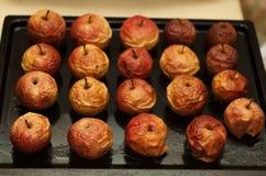 在烤板的被烘烤的苹果 库存图片