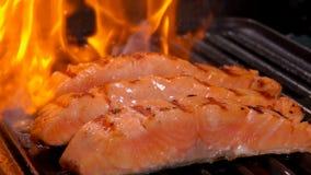 在烤的三文鱼内圆角三个片断开火 股票视频
