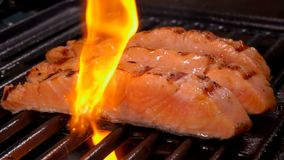 在烤的三文鱼内圆角三个片断开火 股票录像