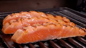 在烤的三文鱼内圆角三个片断开火 影视素材