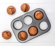 在烤盘的自创巧克力松饼 免版税库存照片