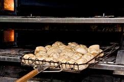 在烤箱新近地做的小圆面包 图库摄影