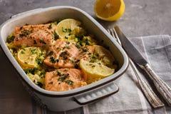 在烤箱烘烤的三文鱼用米和柠檬 库存图片