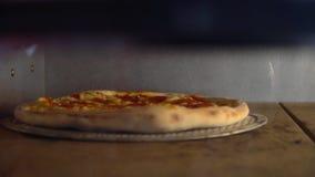 在烤箱的上升的外壳比萨 在烤箱的比萨烘烤 意大利辣味香肠 股票视频