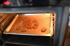 在烤箱的心形的巧克力曲奇饼 从烤箱的曲奇饼 免版税库存照片