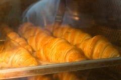 在烤箱的新月形面包烘烤 图库摄影