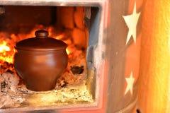 在烤箱的泥罐 免版税库存图片